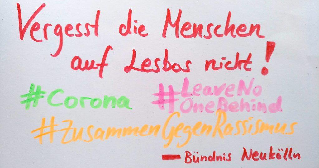 """Plakat mit der Aufschrift """"Vergesst die Menschen auf Lesbos nicht! #Corona #LeaveNoOneBehind #ZusammenGegenRassismus – Bündnis Neukölln"""""""